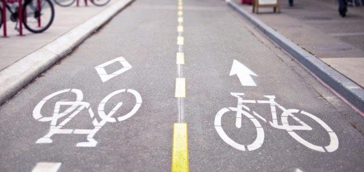 Eine Protected Bike Lane schützt durch die räumliche Trennung sowohl Radfahrer vor dem motorisierten Verkehr, als auch Fußgänger vor dem Radverkehr. In Bremen sammelt die Behörde derzeit Vorschläge für geschützte Radwege in den Stadtteilen. Foto: Pixabay/DGislason