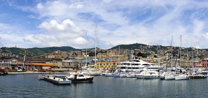 Die Hafenstadt Genua ist malerisch zwischen Mittelmeer und Apennin-Gebirge gelegen. Foto: Pixabay