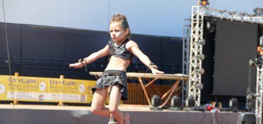 Schon fast ein Profi: Mit ihren sechs Jahren kann sich Lilia schon mit den erwachsenen Akrobaten messen.Foto: Neeland