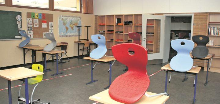 Auf dem Boden kleben jetzt Markierungen. Sie helfen den Schülern, Abstand zu halten. Foto: Holz