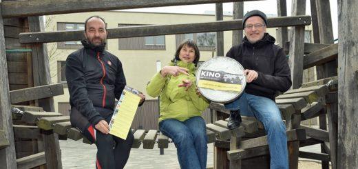 """Stefan Ambrosius (v. l.), Anja Taubert und Robert Stracke organisieren mit dem Verein """"Kino in der Neustadt"""" Filmabende in der Nachbarschaft.Foto: Schlie"""