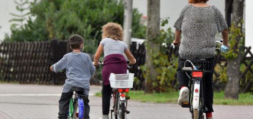 In Fahrradstraßen dürfen Radfahrer nur überholt werden, wenn ein Sicherheitsabstand von 1,5 Metern eingehalten werden kann. Ansonsten ist hinter ihnen zu fahren. Foto: Konczak