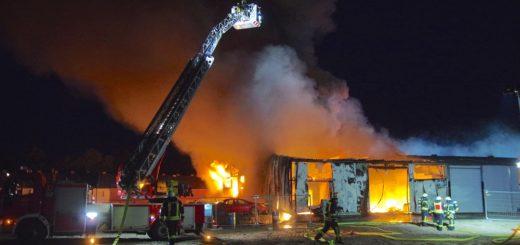 Ein wahres Flammeninferno hat Feuerwehrkräfte bis weit in die Nacht in Atem gehalten. Foto: Günther Richter