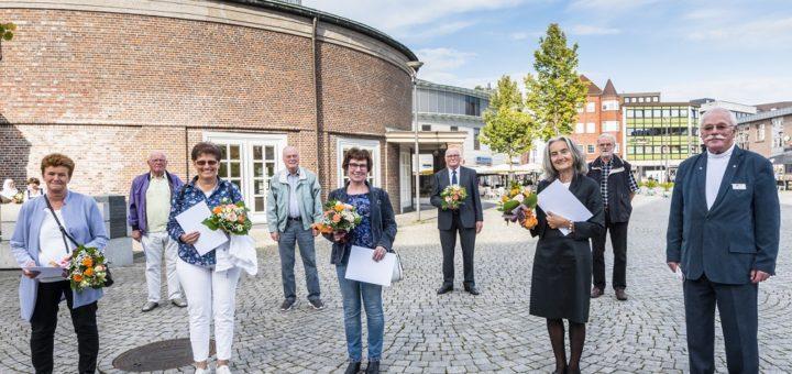 Mit viel Abstand präsentierten sich die Preisträger der Seniorenpreise. Durch die Preisverleihung führte Ulf Kors, Vorsitzender des Seniorenbeirates. Foto: Martina I. Meyer