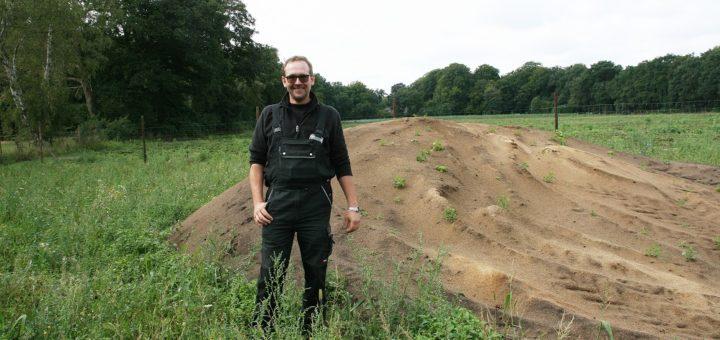 Hajo Kaemena hat spezielle Flächen zum Schutz von Wildbienen angelegt. Die Sanddüne dient den gefährdeten Arten als Nistplatz, die Wiese als Nahrungsquelle. Foto: Holz