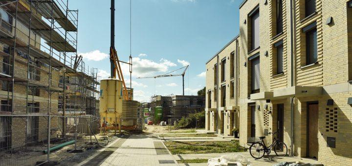 Die ersten Häuser im Neubaugebiet An Woldes Wiese sind bereits bezogen, Telefon und Internet gibt es jedoch noch nicht.Foto: Schlie