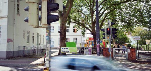 """An der Grundschule am Buntentorsteinweg steht bereits eine Bedarfsampel, es gilt zudem Tempo 30. """"Wir zeigen jede Woche mindestens einen Rotlichtverstoß an"""", berichtet Ida Diethelm, Mitglied der Elterninitiative Siweki.Foto: Schlie"""