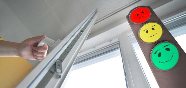 Alle 20 Minuten sollen die Schüler die Fenster in ihren Klassenräumen weit öffnen. Die CO2-Ampel soll Sicherheit geben.Foto: Konczak