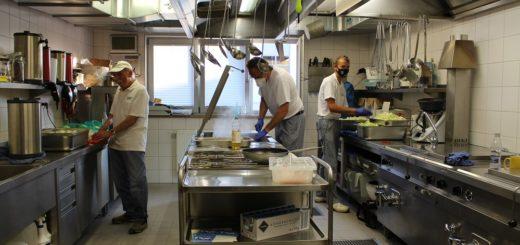In der Großküche am Seesenthom bereitet das Küchenteam um Jörg Sager (Mitte) für die Übungsdienste und für Großeinsätze die Verpflegung der Kameraden zu.Foto: Füller