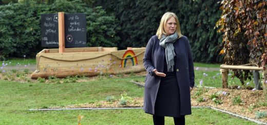 Umweltsenatorin Maike Schaefer bezeichnete das neue Gräberfeld für Kinder auch als einen Begegnungsort für betroffene Familien.Foto: Schlie
