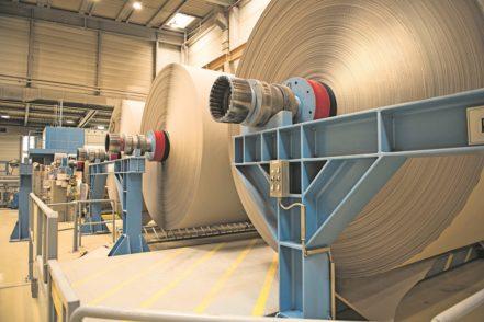 Das aus dem Bremer Altpapier hergestellte Recyclingpapier wird in Varel auf großen Rollen für Verpackungen weiter verarbeitet. Eine Rolle wieget etwa 40 Tonnen. Foto: Papier- und Kartonfabrik Varel