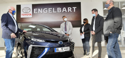 Christian Dürr (2. von rechts) stellvertretender Vorsitzender der FDP-Bundestagsfraktion und weitere FDP-Politiker (darunter auch Murat Kalmis, 2. von links) statteten Manfred Engelbart, Geschäftsführer des Toyota-Autohauses am Freitag einen Besuch ab.Foto: Konczak