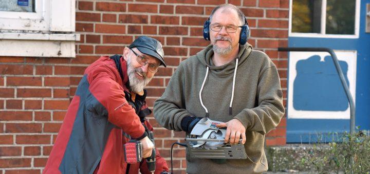 Horst Christoph und Torsten Marold (v. l.) suchen nach Männern, die sich ehrenamtlich und handwerklich im Stadtteil engagieren wollen.Foto: Schlie