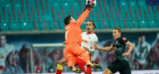 Werder-Keeper Jiri Pavlenka - hier mit einer Rettungstat gegen Leipzigs Youssuf Poulsen - gehörte noch zu den besseren Akteuren der Grün-Weißen. Foto: Nordphoto
