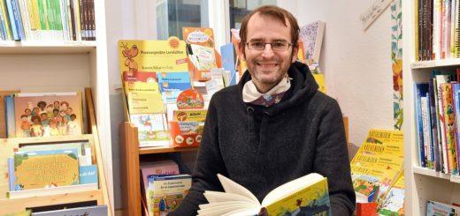 Buchhändler Sven Odens packt eine Bücherkiste für das Gewinnerkind. Foto: Schlie
