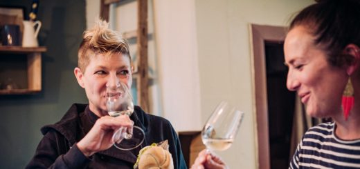"""Spitzenköchin Luka Lübke (l.) und Weinexpertin Diane Boldt laden zwei Leser zur Veranstaltung """"Protagonist Wein"""" ein. Foto: @daslichtbildstudio"""