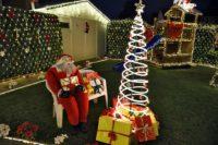 Im Garten sitzt Weihnachtsmann Paul. Viele Dekostücke haben Nikolas Osmers Eltern selber gebaut. Foto: Schlie