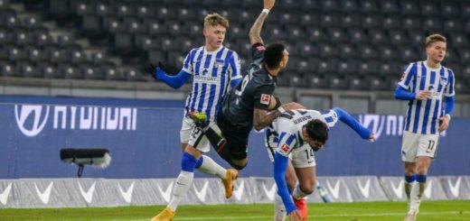 Hart angegangen und früh vom Platz: Werders Torschütze Davie Selke (schwarzes Trikot) Foto: Nordphoto