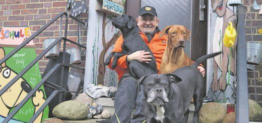 Chris Koch mit seinem Trio auf vier Pfoten: Blindenhund-Azubi Ylvie, (links) Willy, und Pensionsgast Bubu (vorne). Foto: Lenssen