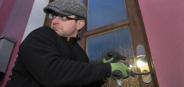 Über 80 Prozent der Einbrecher dringen durch die ungesicherte Haustür oder Fenster ins Haus ein. Foto: Konczak