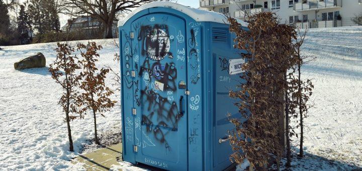 Die Tage des Mobilklos am Deichschart sind bereits gezählt. Eine Containertoilette mit Zu- und Abwasser soll das unliebsame Örtchen ersetzen. Foto: Schlie