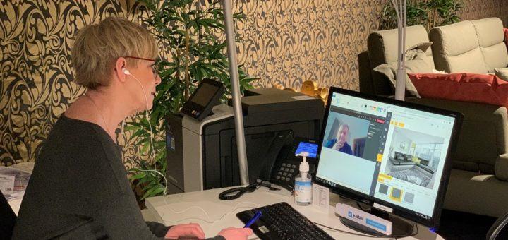 Bei Kabs Polsterwelt führen die Berater den Kunden live durch das Möbelhaus. Hinterher wird per Screensharing gemeinsam das gewünschte Polstermöbel geplant. Foto: Kabs Polsterwelt