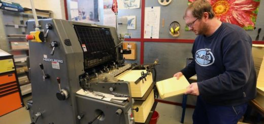 Stephan Simon und seine Kollegen bearbeiten teilweise Stückzahlen von 50.000 oder mehr. Foto: Werkstatt Bremen/ Martin Rospek