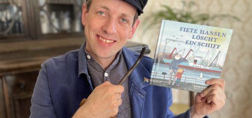 Schauspieler Markus Weise ist unter die Schriftsteller gegangen. Stolz präsentiert er sein Kinderbuch über Fiete Hansen.Foto: pv