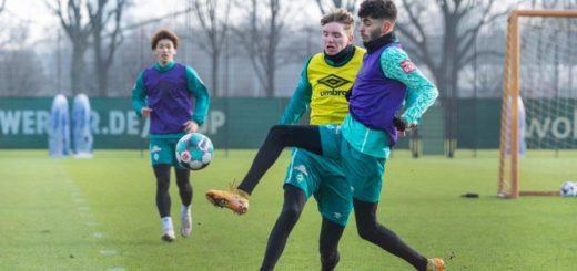 Werder-Trainer Florian Kohfeldt ist davon überzeugt, dass sich der junge Eren Dinkci im Profifußball etablieren wird. Foto: Nordphoto