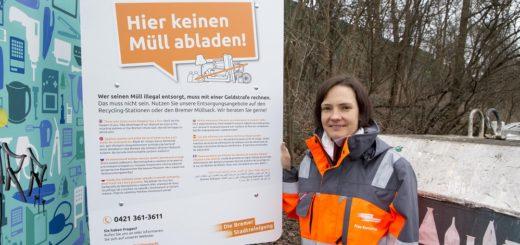 """Mit neuen Schildern weist die Bremer Stadtreinigung (DBS) an den Containerplätzen darauf hin, Müll nicht illegal zu entsorgen. """"Vielen ist nicht bewusst, dass sie eine Ordnungswidrigkeit begehen"""", sagt Jasmin Kornau-Pitzer von DBS.Foto: Meister"""