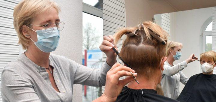 """Die Friseure dürfen weiterhin geöffnet bleiben – unter Einhaltung hoher Hygieneauflagen – wie hier bei """"Absolut Schnittig"""". Foto: Konczak"""
