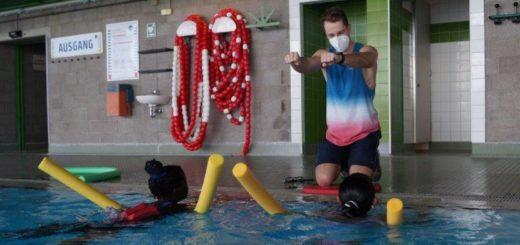 Zahlreiche Schwimmlehrer - wie hier Phil Thielpape - sind in den Ferien im Einsatz, damit die Kinder ihre Schwimmfähigkeiten verbessern können. Foto: Lenssen
