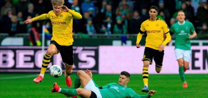 Milot Rashica versucht Dortmunds Erling Haaland den Ball wegzugrätschen. Für beide Angreifer lief es zuletzt nicht besonders gut. Foto: Nordphoto