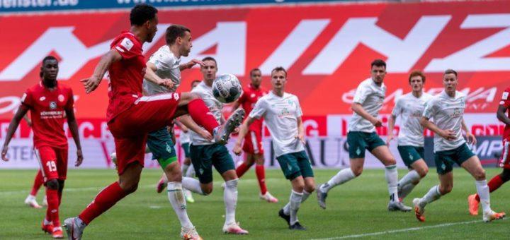 Werder muss sich dem Angriff der aufstrebenden Mainzer erwehren im Kampf um den Klassenerhalt. Foto: Nordphoto