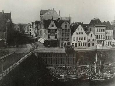 Die Brautbrücke an der Einmündung Brautstraße/Am Deich etwa im Jahr 1890.Foto: Bildarchiv der St.-Pauli-Gemeinde