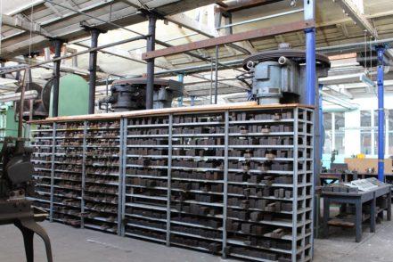 Die großen Pressen im Hintergrund stehen unter Denkmalschutz. Mit ihnen und den Prägestempeln in den Regalen werden auch heute noch hochwertige Besteckteile gefertigt.