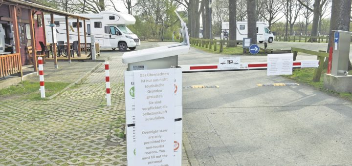 Reisemobilisten dürfen derzeit nur aus nicht-touristischen Gründen den Stellplatz am Kuhhirten nutzen. Das Ordnungsamt kontrolliert. Foto: Schlie