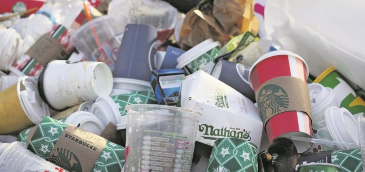 Getränke und Essen zum Mitnehmen verursachen Unmengen von Plastikmüll. Eine neue EU-Verordnung soll künftig einen Riegel davor schieben.Foto: Filmbetrachter / Pixabay