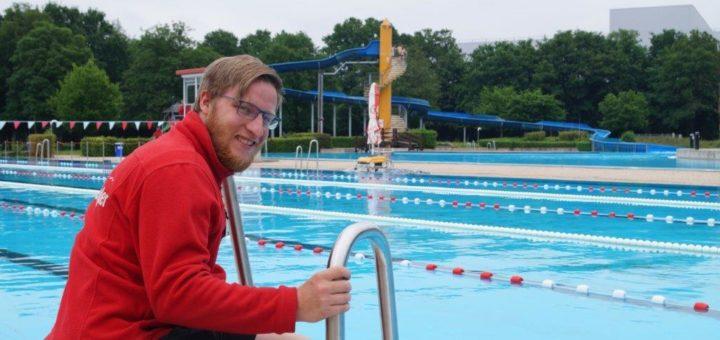 Kann im Schlossparkbad endlich wieder seinen normalen Job machen: Schwimmmeister Pascal Koch. Foto: Lenssen