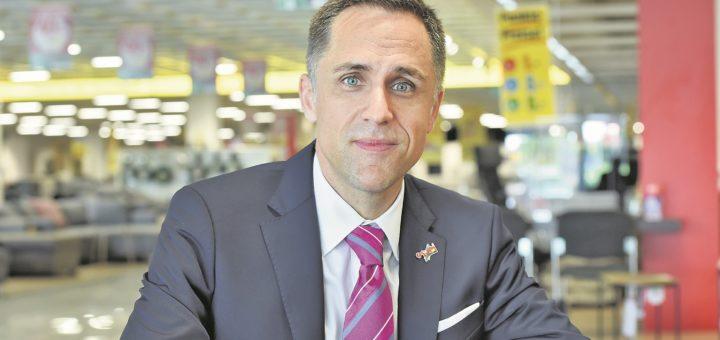 Oliver Föst, Geschäftsführer des fränkischen Möbelhandels Opti-Wohnwelt, hat sein erstes Bremer Möbelhaus eröffnet, direkt am Weserpark. Dabei will er es nicht belassen. Foto: Schlie