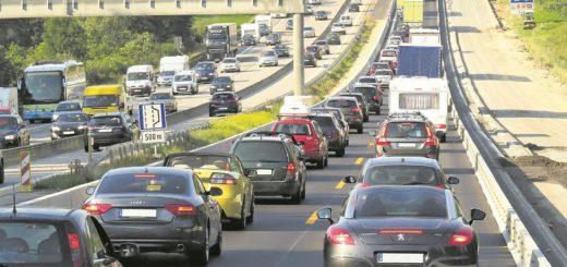 Bremer und Niedersachsen, die in den kommenden Wochen in den Autourlaub starten, sollen sich auf volle Autobahnen und Wartezeiten einstellen.Foto: Gerhard G. / Pixabay