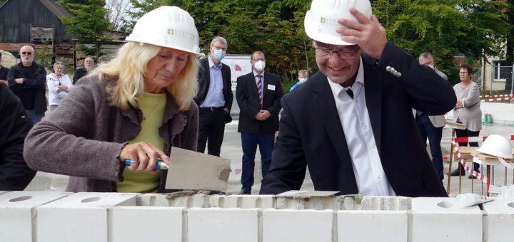 """Christel Ziesler und Dr. med. Karsten Ritter-Lang legten den Grundstein für das neue Bettenhaus. """"Wir stehen quasi in der zukünftigen Eingangshalle"""", sagte der Ärztliche Direktor. Foto: Lehner"""