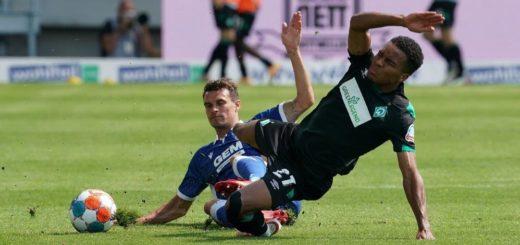 Hätte in der 89. Minute lieber mal richtig abziehen sollen: Werders Felix Agu (rechts). Foto: Nordphoto
