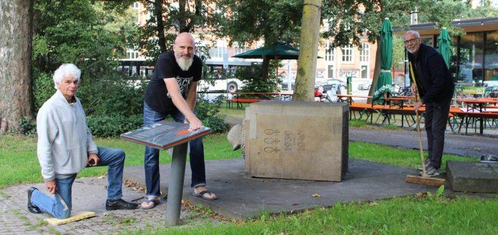 Jens Heeren (M.), Geschäftsführer des Neusi's, übernimmt künftig die Patenschaft für das Langemarck-Denkmal in unmittelbarer Nachbarschaft. Horst Otto (l.) und John Gerardu (r.) haben aus dem Denkmal einen Denkort gemacht.Foto: Füller