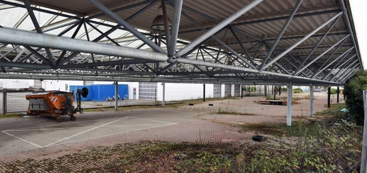 Auf dem Gelände des ehemaligen Autohauses Brinkmann soll ein Quartier mit 500 Wohneinheiten entstehen. Eine Bürgerinitiative fordert nun, das Verfahren zu unterbrechen.Foto: Schlie
