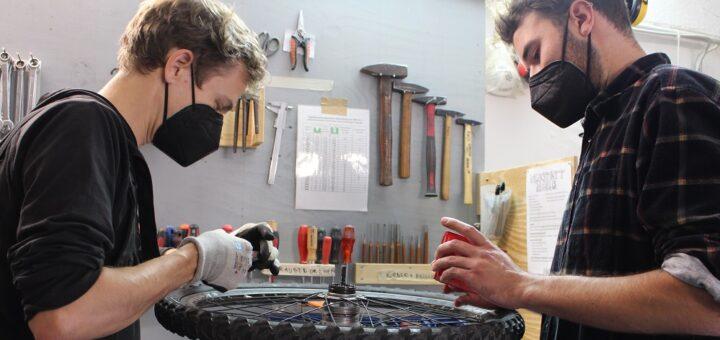 Das Kugellager eines Fahrrads funktioniert nicht mehr richtig. Nach der Reinigung bauen die Helfer Philipp (l.) und Johannes das Rad wieder zusammen.Fotos: Füller