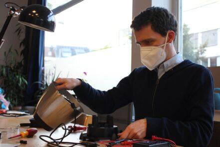Helfer Manu kommt regelmäßig ins Repair Café.